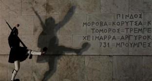 Un rapporto riservato svela i nuovi panni sporchi del governo greco: dipendenti fatti uscire dalla porta e rientrati dalla finestra