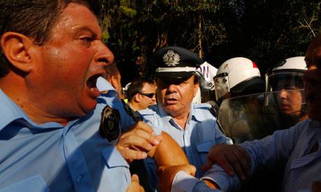 Greek policemen clash wit 008