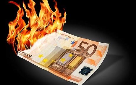 """Per riavviare la crescita e ridurre la mole debitoria dei Paesi periferici, occorre abbandonare il credo monetario di Bundesbank e agire su tre fronti: svalutazione della moneta unica, creazione di inflazione e trasformazione della Bce in una """"bad bank""""."""