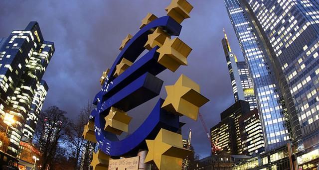 Il Governatore Mario Draghi ha un alleato in più: Angela Merkel. Il Cancelliere appoggerà le politiche monetarie non convenzionali della Bce in cambio di una più stretta supervisione sui bilanci degli Stati membri. Ma le mosse dell'EuroTower potrebbero non essere sufficienti a spezzare il cosiddetto «circolo vizioso tra bilanci bancari e debiti sovrani».