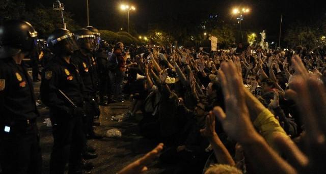 La Spagna nella bufera rischia di perdere la Catalogna. Nella notte violenti scontri a Madrid tra indignados e polizia, assediato il Parlamento