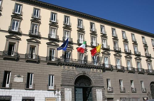 Moody's declassa Napoli di tre gradini. L'operazione trasparenza voluta da de Magistris mette in rilievo il deficit da 850 milioni nel bilancio 2011.