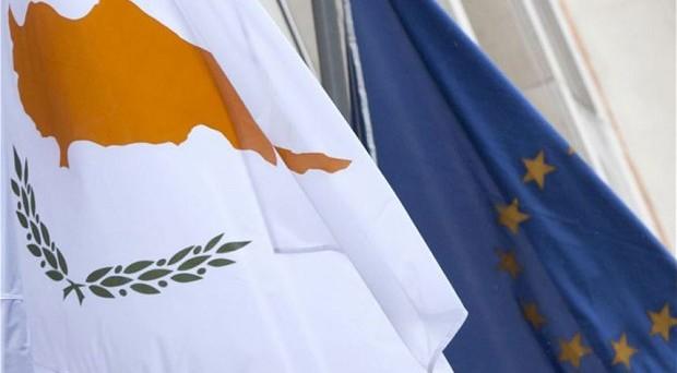 Nicosia conferma la richiesta di un aiuto extra. Previste nuove tasse e la vendita di parte delle riserve auree: l'economia della piccola isola senza prospettive