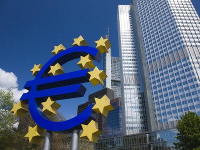 Il rapporto di Mario Draghi sul 2012 evidenzia rischi da squilibri per la vulnerabilità della finanza. L'eccessivo debito di alcuni stati europei costituisce una seria minaccia alla crescita economica