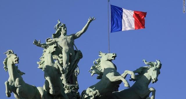 La Francia fa i conti con la crisi: niente obiettivo deficit al 3% nel 2013 e intanto il governatore della BdF parla di misure necessarie per 40 mld di euro. La popolarità di Hollande ai minimi termini