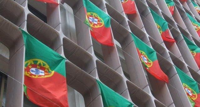 La Consulta portoghese boccia i tagli agli stipendi pubblici e il governo pensa di pagare i dipendenti statali con i titoli di stato. Sullo sfondo il dramma di un paese travolto dalla crisi
