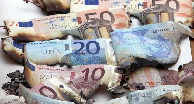 Meno di un quarto le riserve in euro sul totale in divise forti. E aumenta anche la distanza dal dollaro mentre avanzano yuan e dollaro australiano. La fiducia verso l'Eurozona è in continua erosione