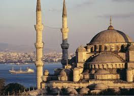 Il rating della Turchia è stato innalzato a Baa3 ma Ankara teme il rafforzamento della lira turca. La Borsa della mezzaluna continua a volare e i rendimenti dei bond scendono ai minimi storici