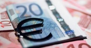 Contro la stretta del credito nel Sud Europa spunta l'ipotesi di cartolarizzare i prestiti, scesi in Italia del 2,55% al marzo 2013. Salgono solo impieghi sui titoli di stato