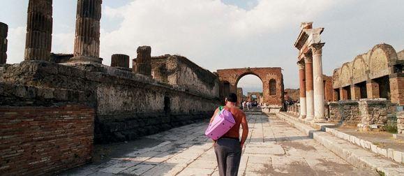 """Il settore del turismo è di gran lunga la maggiore industria nazionale (10% del PIL). Per valorizzare il nostro immenso patrimonio artistico e culturale, spesso lasciato all'incuria (vedasi il """"caso Pompei""""), e per rilanciare l'economia italiana basterebbero pochi e semplici accorgimenti"""