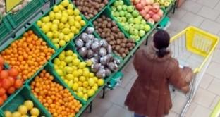 Sei famiglie su dieci spendono meno o diminuiscono la qualità per acquistare prodotti alimentari. L'Istat fotografa le difficoltà degli italiani nel 2012