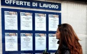 Secondo l'Istat a giugno è calato il tasso di disoccupazione ma sono cresciuti gli inattivi e i giovani senza lavoro. Gli italiani privi di impiego sono 3 milioni. Segnali positivi invece dal fronte inflazione, con l'indice dei prezzi al consumo in flessione