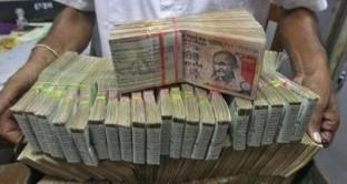 Nuova Delhi alle prese con la sfiducia dei mercati. La Rupia indiana scivola ai minimi da oltre venti anni. Timori per i conti pubblici dopo l'annuncio di misure populiste del governo