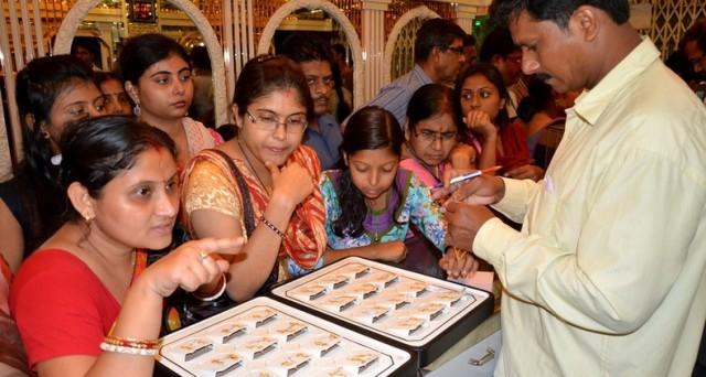In India sarà possibile portare il proprio oro in banca e ottenere gli interessi. Il governo vuole monetizzare le 20.000 tonnellate di metallo detenute dalle famiglie senza alcun beneficio economico.