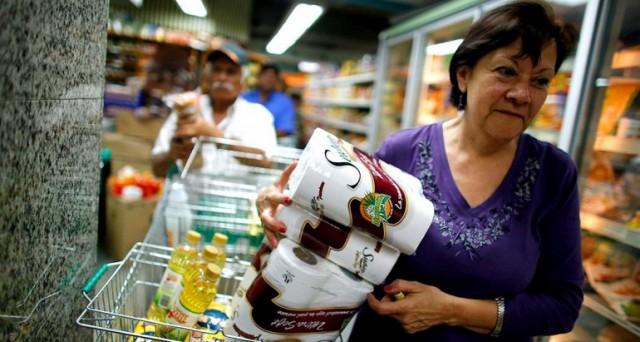 La crisi del bolivar in Venezuela potrebbe portare entro un mese all'esplosione di un allarme alimentare per la carenza di beni importati dall'estero o prodotti nel paese. E le riserve valutarie sono ai minimi.