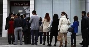 Cresce il ritiro dei risparmi dalle banche greche di giorno in giorno e molti clienti temono novità negative in arrivo per loro, in conseguenza della pausa lunga nel fine settimana, essendo il lunedì una festività in Grecia. Il negoziato a Bruxelles appare difficile.