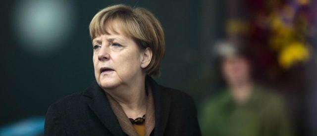 La cancelliera attacca il suo predecessore Schroeder per l'ingresso di Atene nell'Eurozona e promette: se vince la CDU, basta salvataggi