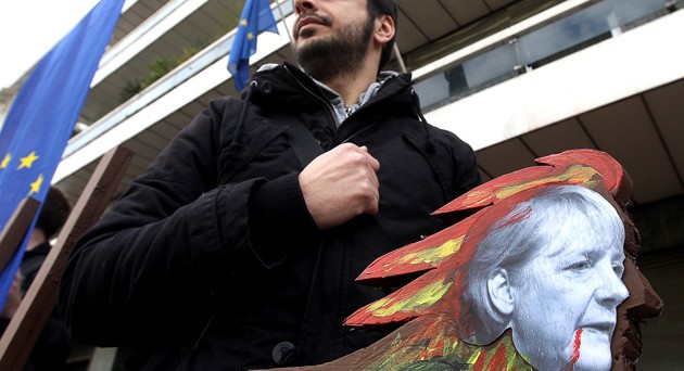 Inizia una tre giorni molto lunga per la Grecia alle prese nuovamente con il rischio fallimento. La Germania apre alla trattativa. La parola d'ordine sembra essere