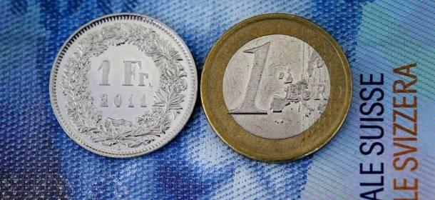 Il franco svizzero scende ai minimi da metà gennaio, mentre le riserve valutarie della SNB salgono ad agosto di 9 miliardi.