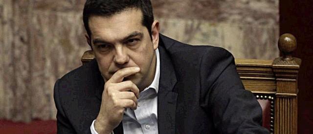 Si alzano i toni dello scontro tra la Grecia e la Troika. Il governo Tsipras sfida apertamente l'Eurogruppo e fa approvare oggi misure di sostegno ai più poveri, ma ha in cassa liquidità sufficiente per altre due settimane.