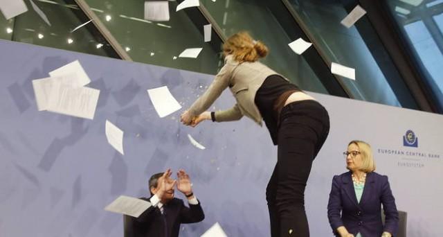 Conferenza stampa concitata quella del governatore della BCE, Mario Draghi, iniziata tra le proteste di una manifestante. Sul QE ha ribadito la durata e l'efficacia del piano, ma ha fatto appello a varare le riforme strutturali.