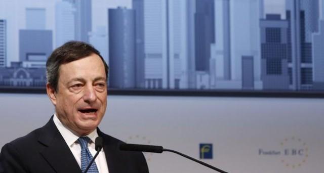 Dal Portogallo, il governatore della BCE, Mario Draghi, difende la necessità delle riforme nell'Eurozona e sprona i governi a una maggiore flessibilità delle loro economie. E avverte: dentro l'euro si sta meglio che fuori.