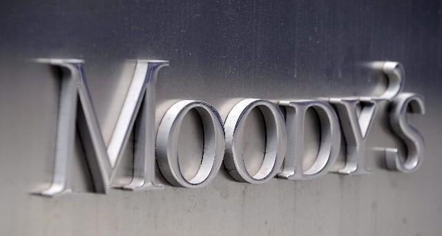 Secondo l'agenzia di rating Moody's, la Grecia potrebbe essere costretta a introdurre controlli sui capitali, a causa della crisi delle banche. E ritiene elevato il rischio default a giugno.
