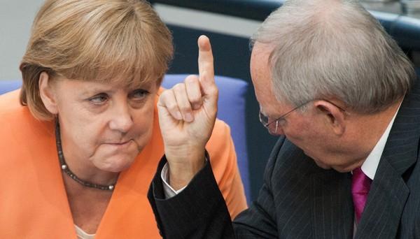 Il governo tedesco è diviso tra la linea morbida della cancelliera Angela Merkel e quella dura del ministro delle Finanze, Wolfgang Schaeuble sulla Grecia. La prima ritiene di avere più di una ragione per temere la Grexit.