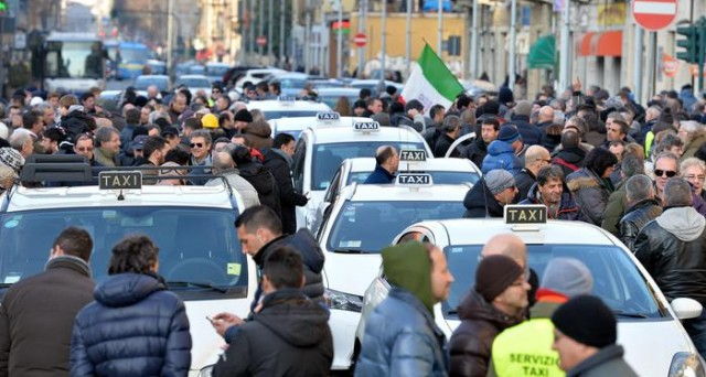 Il Tribunale di Milano sospende il servizio dell'app Uber Pop, perché sarebbe un trasporto abusivo di persone. Vittoria dei tassisti, che avevano tentato la causa.