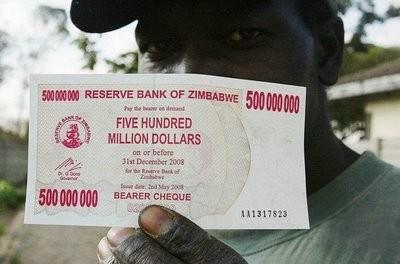 La banca centrale dello Zimbabwe scambierà dollari USA contro dollari locali al cambio di 1 contro 35 quadrilioni di unità di biglietti verdi. E' la conseguenza della spaventosa iperinflazione degli anni scorsi.