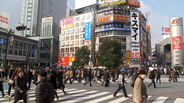 L'FMI lancia l'allarme debito in Giappone: verso il 300% del pil entro i prossimi 15 anni. Ma non boccia l'Abenomics: ha stimolato la crescita e l'inflazione.