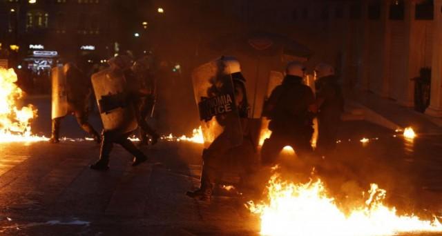 La Grecia approva in Parlamento il piano dei creditori tra proteste di piazza e la fine della maggioranza per il governo Tsipras.