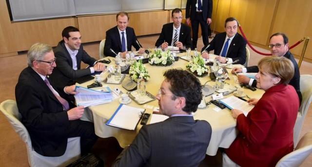 Il terzo salvataggio della Grecia costerà 40-50 miliardi, precisa la UE. Intanto, ad Atene è crisi politica.