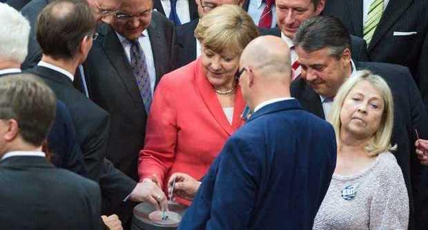 La Germania vota domani il salvataggio della Grecia, ma nel partito della cancelliera Angela Merkel crescono i contrari. E ad Atene si allentano i controlli sui capitali.