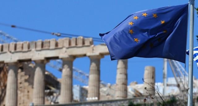 La Grecia ha già ottenuto 23 miliardi e altri 24,7 arriveranno entro l'anno. Ma la crisi politica apertasi ieri ad Atene crea malumori in borsa.