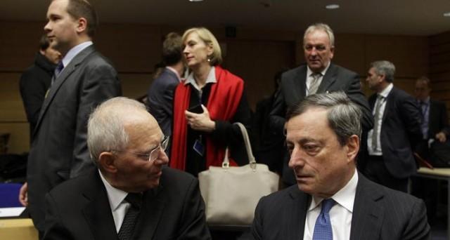 Il governo tedesco ribadisce la linea sul salvataggio della Grecia: niente aiuti, senza la partecipazione dell'FMI. E Wolfgang Schaeuble: anche Yanis Varoufakis voleva la Grexit.