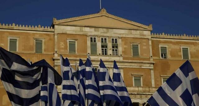 La Grecia si può considerare temporaneamente salva, da un  punto di vista della sua permanenza nell'euro, ma l'economia è in recessione e c'è poco da gioire ad Atene. Resta il rischio politico.