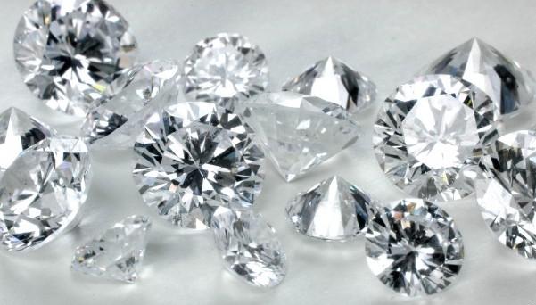 De Beers ha tagliato del 9% il prezzo dei diamanti. Dall'inizio dell'anno, il calo è stato del 14%. Scesa anche il target della produzione del 15% da inizio anno.