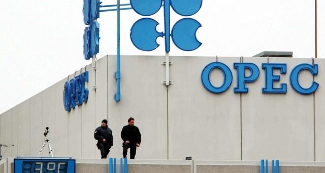 Le quotazioni del petrolio sono scese ieri sotto i 50 dollari al barile, dopo la diffusione dei dati OPEC. E non aiutano nemmeno le cifre sulla bilancia commerciale della Cina.