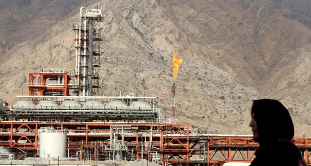 L'Iran chiede agli altri membri dell'OPEC di tagliare la produzione del petrolio per fare risalire le quotazioni, ma si prepara ad aumentare la sua offerta sul mercato con la fine delle sanzioni.