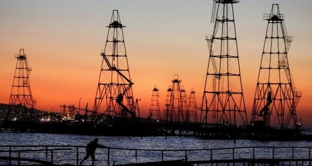 Sulle quotazioni del petrolio cresce il pessimismo, in quanto la crisi di sovrapproduzione non dovrebbe cessare nemmeno l'anno prossimo.