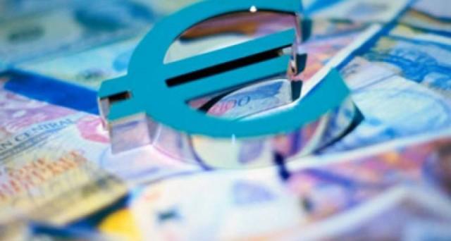 Un terzo dei bond sovrani nell'Eurozona rende sotto lo zero, mentre è boom di emissioni in euro per il settore privato.