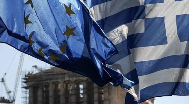 La Grecia trova l'accordo con i creditori europei sui nuovi aiuti, compresi quelli per salvare le banche. I rendimenti dei bond crollano ai minimi dell'anno.