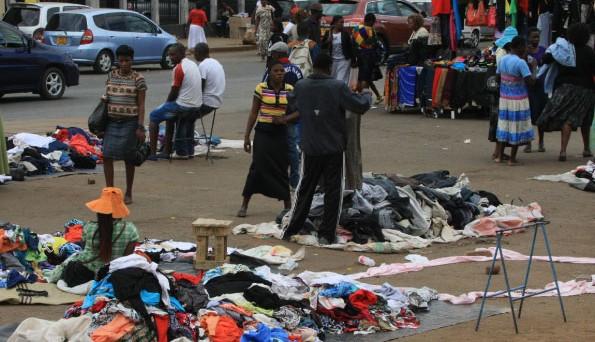 Le rimesse degli emigranti costituiscono la principale voce del pil dello Zimbabwe, la cui economia è al collasso e dove la disoccupazione ufficiale è al 95%.