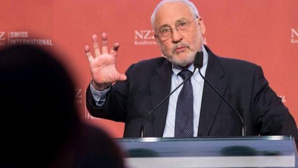 Il Premio Nobel per l'Economia, Joseph Stiglitz, invita la banca centrale svizzera a indebolire il cambio, giudicando un errore la fine del cambio minimo.