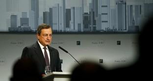 Il governatore della BCE, Mario Draghi, non esclude nuovi stimoli per raggiungere il target d'inflazione nell'Eurozona, ma il mercato resta scettico. Cambio euro-dollaro stabile a quasi 1,10.
