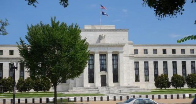 La Fed alza i tassi dello 0,25% e avvia la stretta monetaria negli USA. Decisione storica, che arriva dopo 9 anni e mezzo. Si rafforza il cambio euro-dollaro.