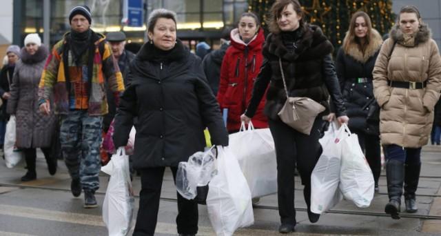Rublo ai minimi contro il dollaro da 3 mesi, mentre il governo di Mosca programma l'emissione di bond in yuan per aggirare le sanzioni dell'Occidente.