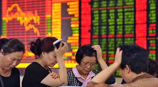 La Borsa di Shanghai ha bruciato tutto il verde accumulato nell'ultimo anno ma a preoccupare gli investitori è soprattutto l'apparente incapacità a gestire la bolla. Wall Street verso un avvio in rosso
