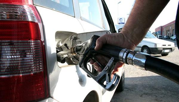 Consumi petroliferi ridottisi di oltre un terzo dal 2002 e del 28% dall'inizio della crisi. I risparmi per gli italiani sono stati di 10 miliardi nel solo 2015. Attesi altri 7-9 miliardi in meno in bolletta per l'anno in corso.